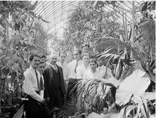 Elèves de L'Institut national d'agronomie coloniale avec leur professeur